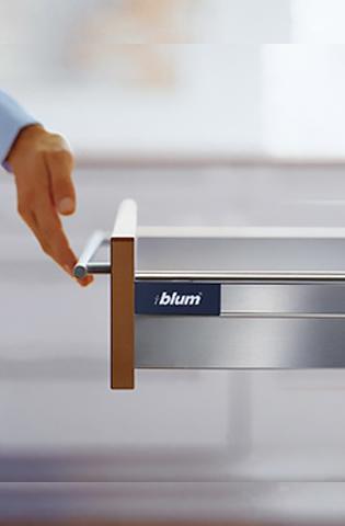 Design linear, simples combinado com materiais de alta qualidade, o LEGRABOX® e o sistema SERVODRIVE® garantem uma experiência única ao usuário.